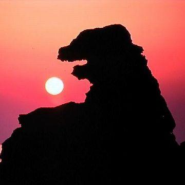 夕焼けのゴジラ岩