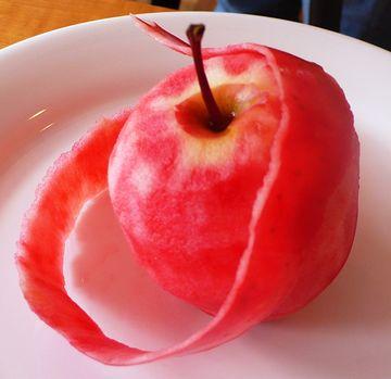 果肉まで赤いリンゴ。その名も『御所川原』。