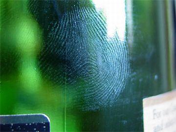 共犯者が、うっかり指紋を付けて無いとも限らない