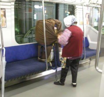 こういう方々には、ロングシートの方が便利でしょうね