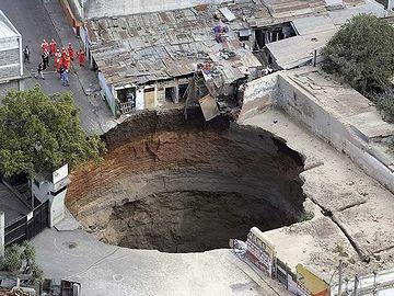 グアテマラ。下水管の破裂が原因だそうです。
