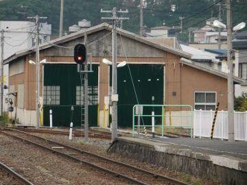 構内に車庫があって、翌朝の始発列車が留置されてます