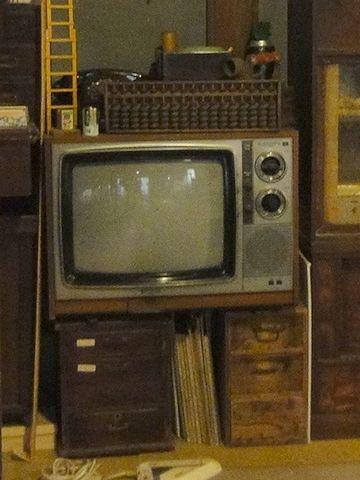 駄菓子屋の奥に、テレビがあります