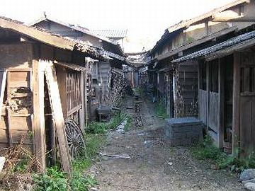 『東映太秦映画村』のオープンセット。ここまで古びる長屋はあったんでしょうか?