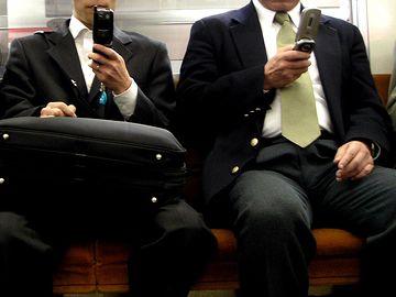 今どき携帯なんて、電車の中で出すのも恥ずかしいですよ