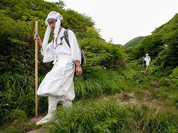 白い杖付いて、鈴を鳴らしながら、険しい山道を登っていくってイメージ