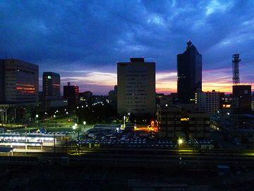 夜明け間近の『富山駅』(『富山地鉄ホテル』からの眺め)。新潟より都会かも。