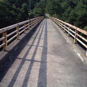 赤い橋の脇に公園の駐車場があったはずです