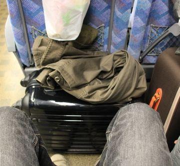 通路側の席のサラリーマンらしき人は、キャリーバッグを足元に置いてます