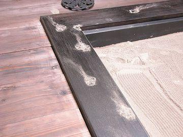 猫が、火鉢の灰をトイレ代わりにすることがよくある