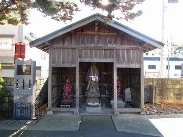 そこの地蔵堂の脇に、太宰の石碑が立ってます