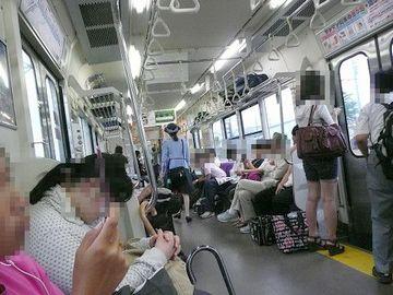 青い森鉄道の車中。そうとう混んでます。しかもロングシート。ボックスシートで車窓を眺められないのは残念です。