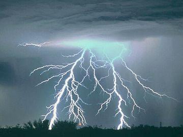天が裂けるような雷が轟いた