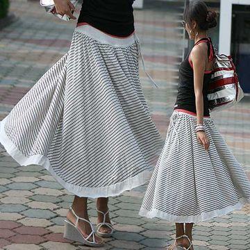 スカートの柔らかい布地が風に煽られ、形のいい脚に纏ってる