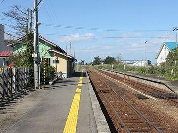 『陸奥森田駅』。対面の線路とホームは、現在、使われてません。