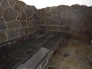 信州産の鉄平石を使ったお風呂