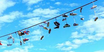 電線に靴がぶら下がってる光景は、海外では珍しく無いそうです