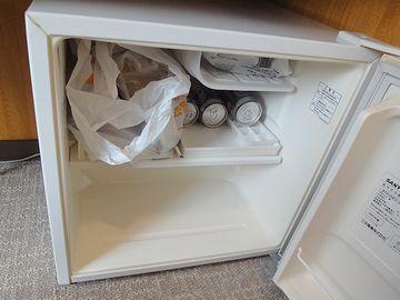 冷蔵庫に、買ってきた惣菜とビールを詰めたところ