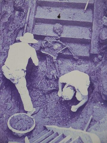 石段の下から11段目あたりで、2体の亡骸が発掘されたのです