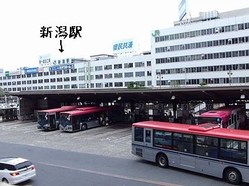 新潟駅前のバスターミナルは、駅を出て、少し歩かなければなりません