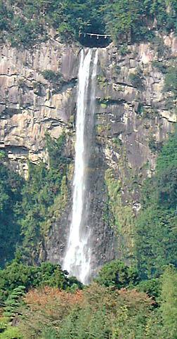 遠目で見る那智の滝