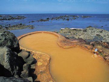 地上に吹き出したとたん、鉄分が酸化して茶褐色になります