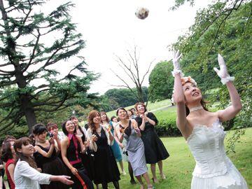 跳ね返ったボールは、大きな放物線を描き……