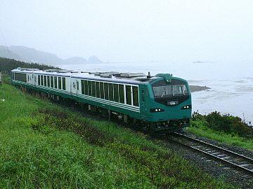 線路が海っぱたを走るので、駅は山側になります