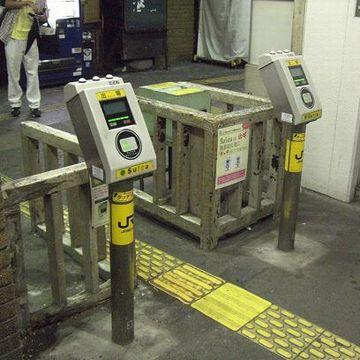 無人駅。ICカードだけを精算できる自動改札があります。