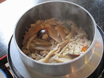 しじみ釜めし。注文を受けてから炊くそうで、炊きあがりまで25分かかります。時間が限られてる場合は要注意。