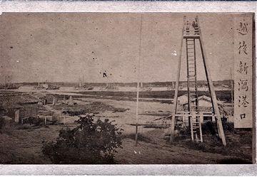 明治初期の新潟港。櫓に登ってる人が、水戸教だと思います。河口を行き交う船も見えます。