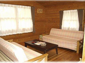 リビングのソファーベッドで2人、2人用の寝室が2つ。