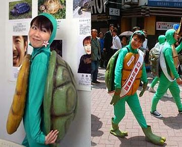 女優、奈美悦子。さすが着こなしてます。