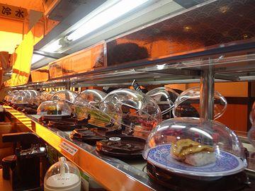 回転寿司には、ドーム状のカバーが付いてるお店があるよね