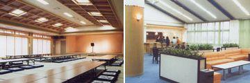左が大広間、右がロビーにある軽食コーナー