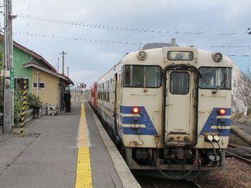 『陸奥森田駅』。制服の人は、車掌さんでしょうか?