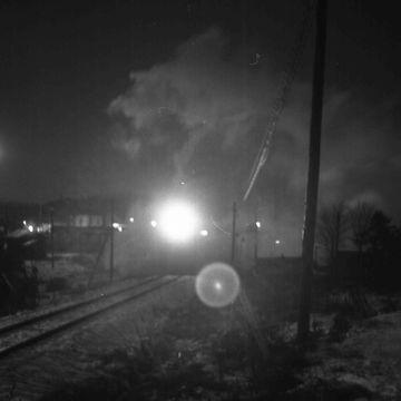 鉄橋の向こうから、貨物列車が走って来るのを目にした