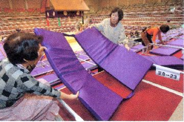 九州場所のマス席では、4枚の座布団が繋がってるからです