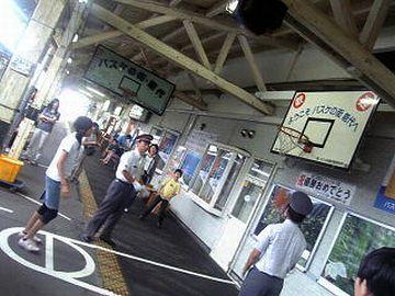 駅員さんが、バスケットボールを食い鉄くんに渡しました