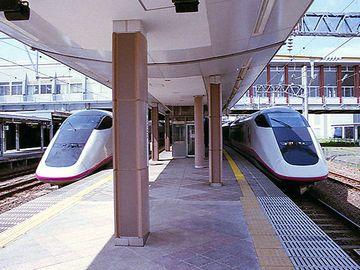 『秋田駅』。新幹線が、在来線のホームにいるってのが新鮮ですよね。