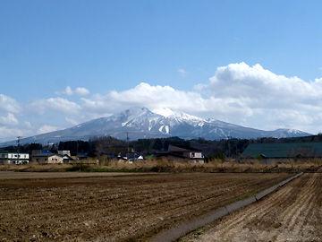 『鳴沢駅』付近から見た岩木山