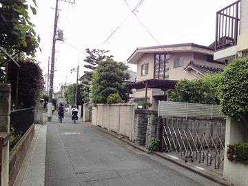 この細い商店街から脇道に入ると、静かな住宅街が広がってます