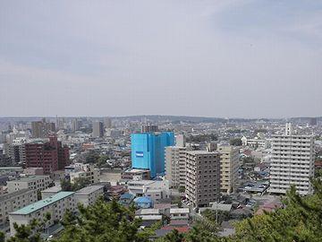 窓の外から、秋田市街を眺めます