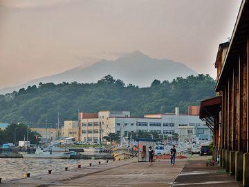 鰺ヶ沢漁港から臨む岩木山。絵のように見えますが、写真です。