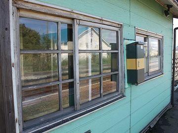 『陸奥森田駅』。窓枠は木製。いい駅ですね。公衆トイレみたいな新駅にならないことを、心から祈ります。
