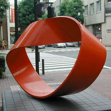 """横浜市市民文化会館『関内ホール』にある""""メビウスの帯""""のオブジェ。これも税金。"""