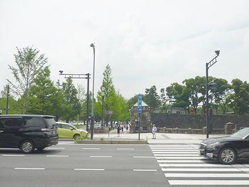 「和田倉門守衛所跡」の前