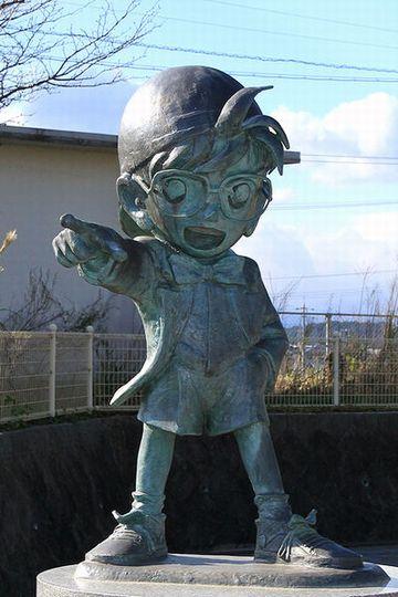 鳥取県『由良駅』にあります。駅のある北栄町は、コナンの作者、青山剛昌さんの出身地だそうです。