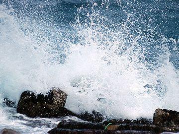 海側だと、波しぶきがかかるから?