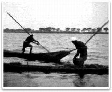 鳥屋野潟の底から土を掻き揚げ、舟に積んでます。この土を、自分の田まで運んで入れるのです。